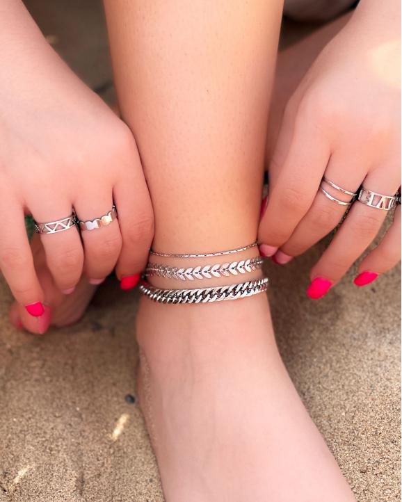 Trendy ringen om de hand van het model in het zilver