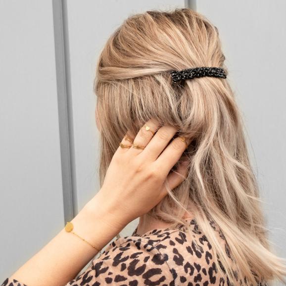Gouden ringen mixen en matchen bij vrouw met blonde haren
