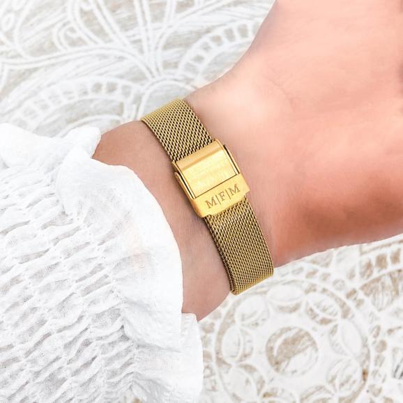 Gouden horloge om de pols met een mooie gravering