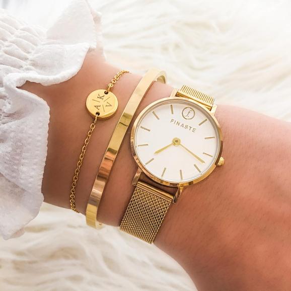Mooie gouden horloge met de bangle gecombineerd