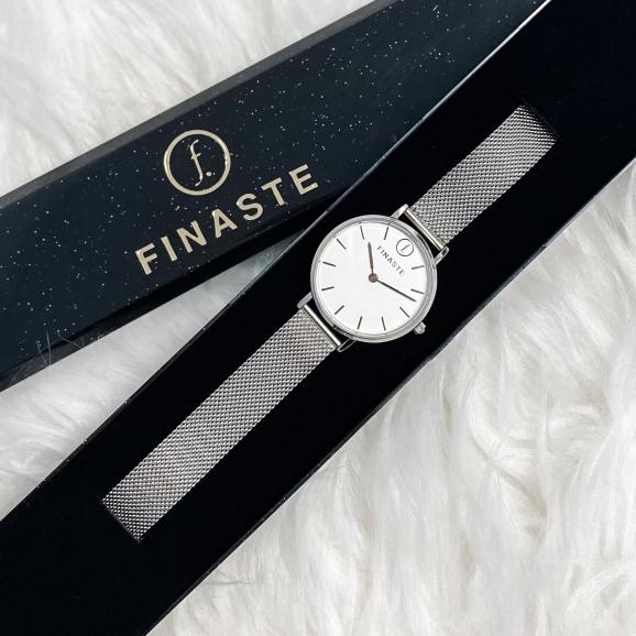 Stijlvol horloge in een sieradendoosje om cadeau te geven voor kerst