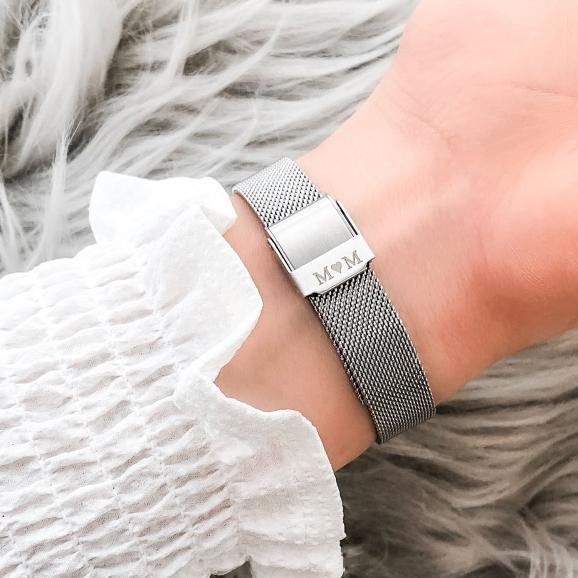 Mooi zilver horloge met gravering aan de achterzijde als cadeau