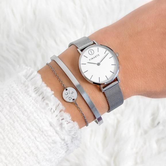 Mooi zilveren mesh horloge om de pols voor een complete armparty