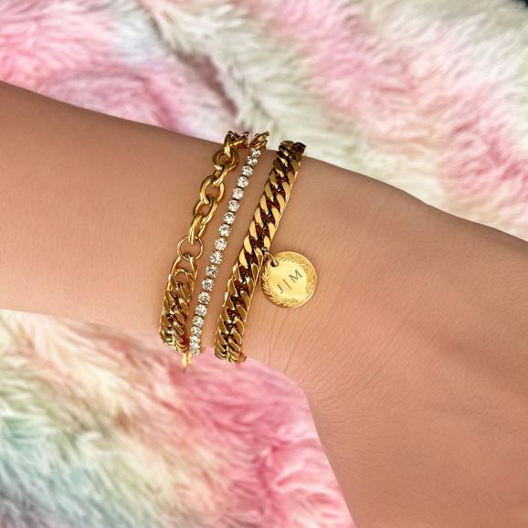 Gouden armparty chains en steentjes op gekleurd vachtje
