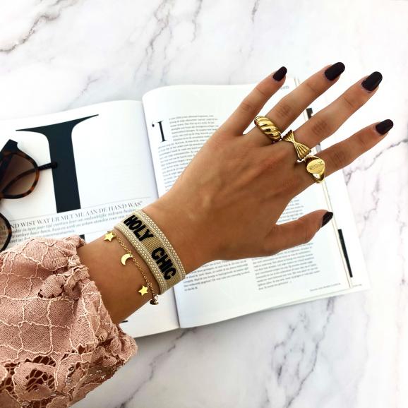Mooie mix van ringen om de hand gecombineerd met een armparty