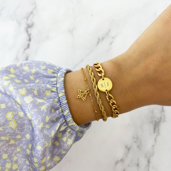 Een armparty van gouden sieraden