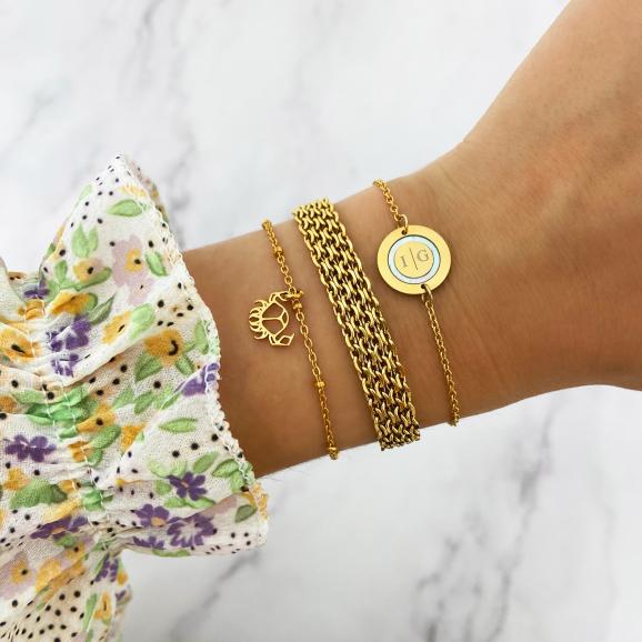 Goudkleurige armbanden om pols goud