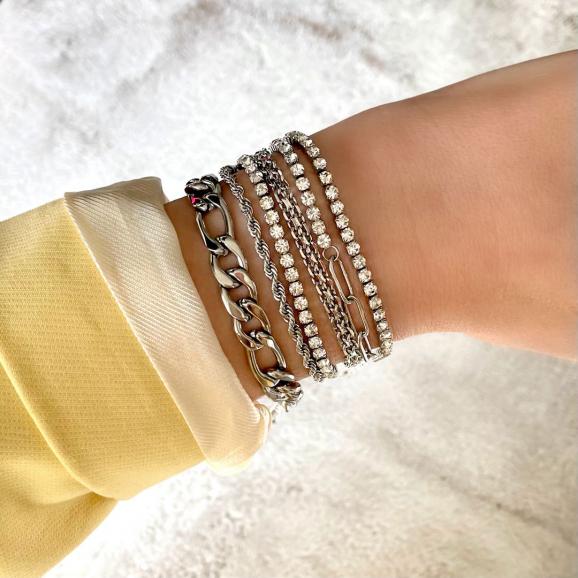 Trendy armparty in het zilver om pols