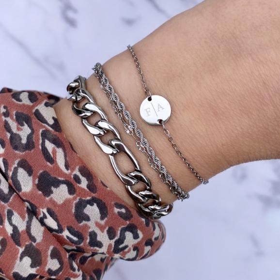 Mix van schakelarmbanden met graveerbare armband om pols