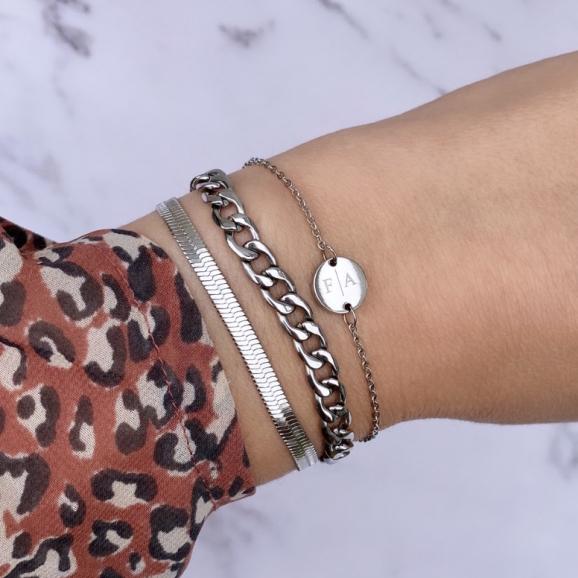 Pols met mix van zilveren armbanden