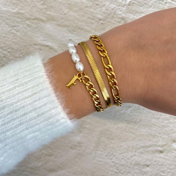 Gouden armbanden combinatie met parels en initials