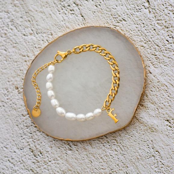 Gouden chain armband met parel en letter