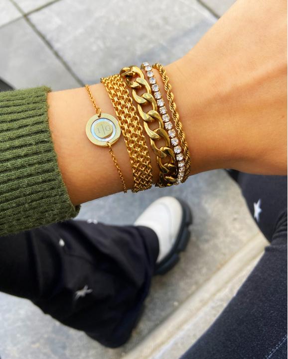 Goudkleurige sieraden met chains