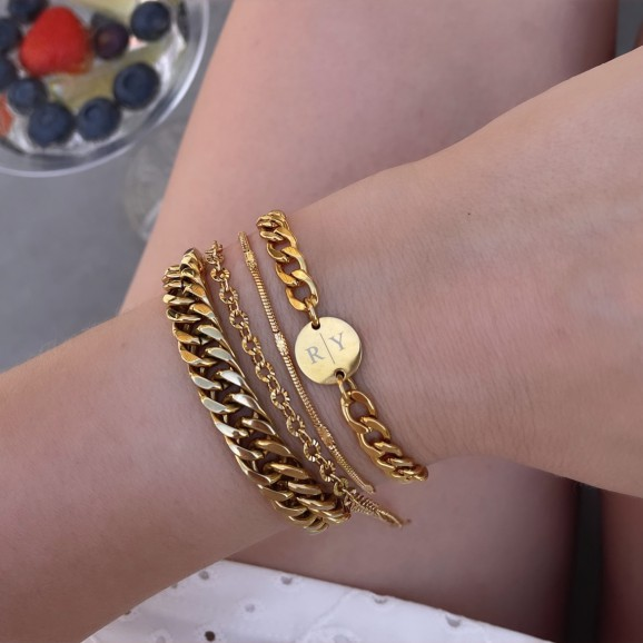 Mooie gouden sieraden armbanden om de pols