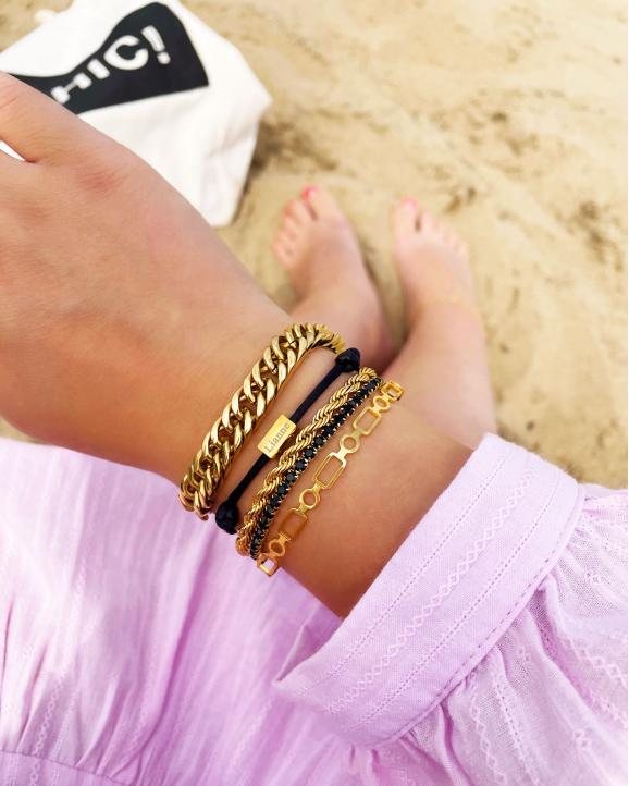 Mooie chain armbanden in het goud om de pols
