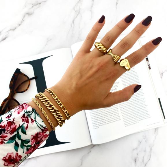 Mix van gouden ringen om vingers bij vrouw