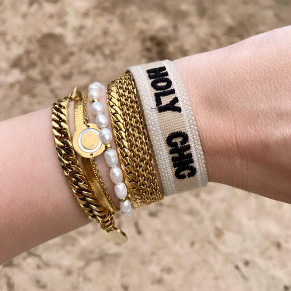 Mooie mix van verschillende gouden armbanden en een bohemian holy shit armbandje