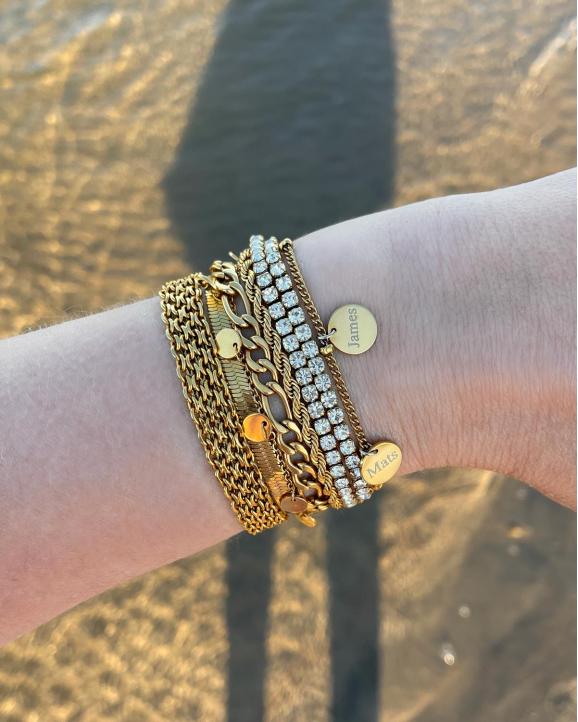 goudkleurige armbanden om arm