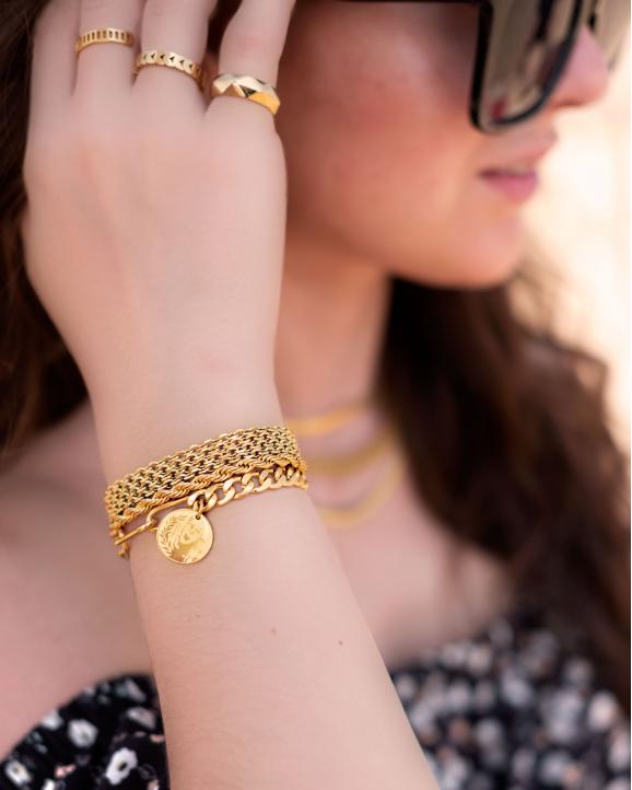 Trendy armbanden in het goud om de pols