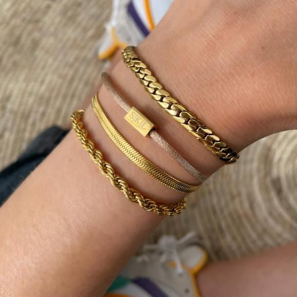 Mooie gouden armparty met verschillende armbandjes