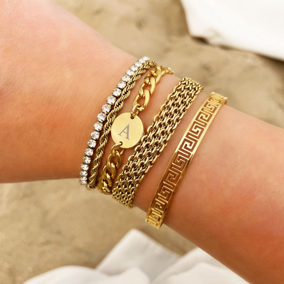 mix van gouden armbanden