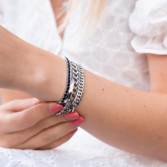 Zilveren armbanden om de pols van Ella