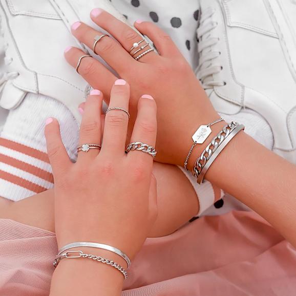 Trendy set van ringen om de hand voor een mooie look