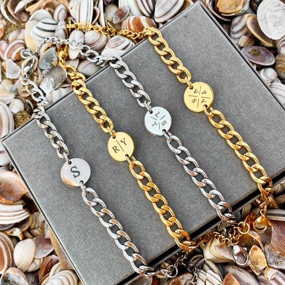 Trendy initials met stoere schakelarmbanden voor een trendy look