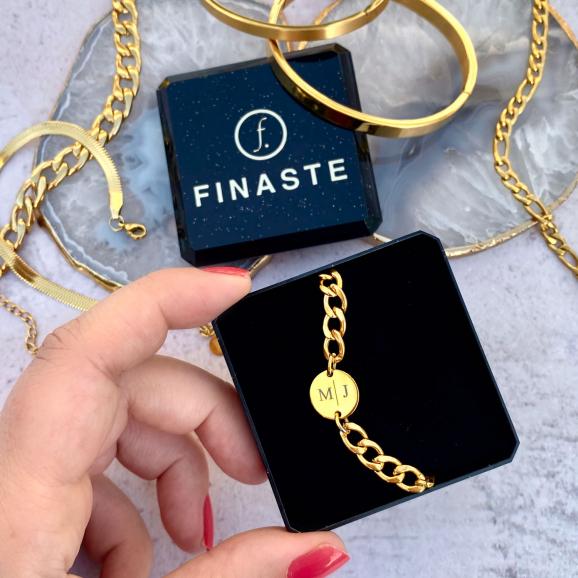 Gouden chunky armband in sieradendoosje met gouden sieraden