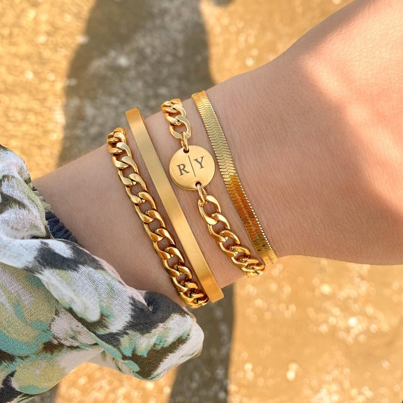 chunky armbanden met letters om de pols