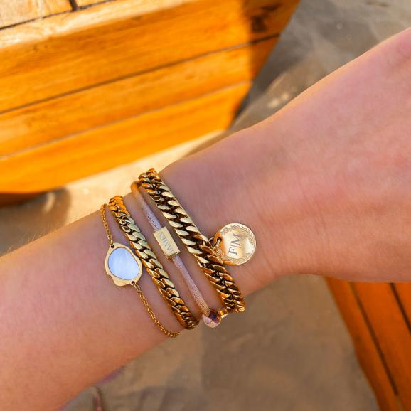 Gouden armbanden gecombineerd