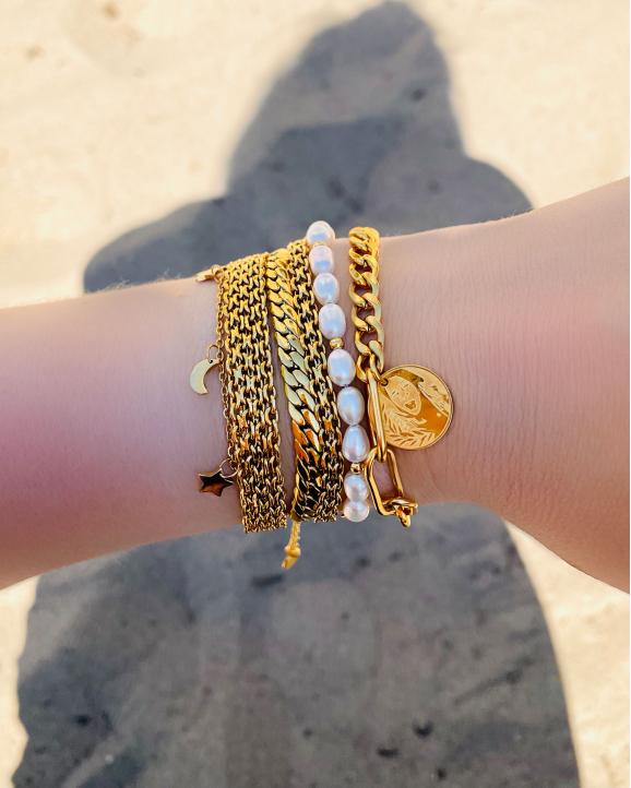 Gouden trendy armbanden om pols