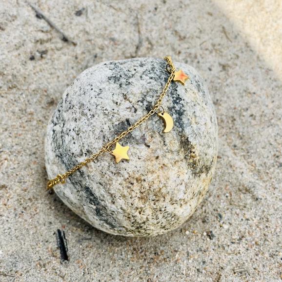 gouden armbandje op steen