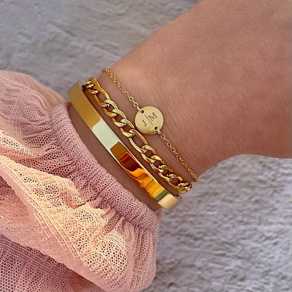 Vrouw draagt goud kleurige armparty