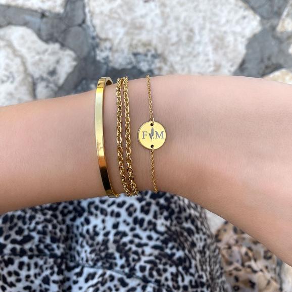 Gouden armbanden om de pols met een leuke mix