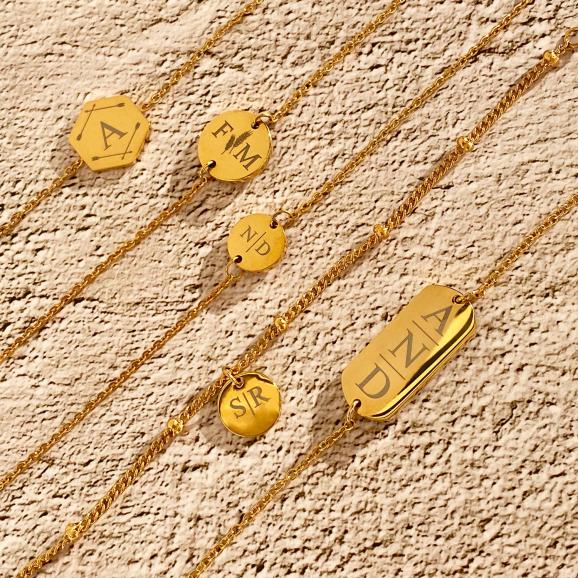 Gouden armbandjes met personalisering op steen