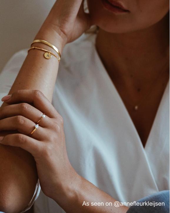 Graveerbare armband met initiaal bij influencer