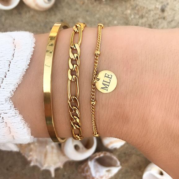 Gouden armband om de pols met gravering