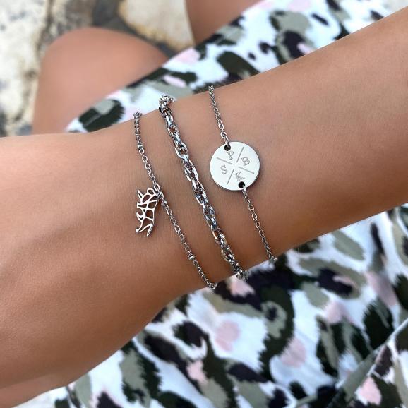 zilveren armband om de pols voor een complete look