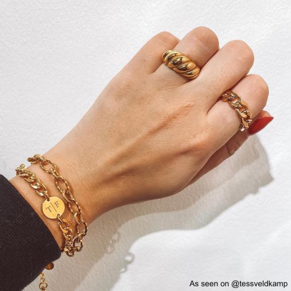 Goud kleurige sieraden bij finaste girl om pols