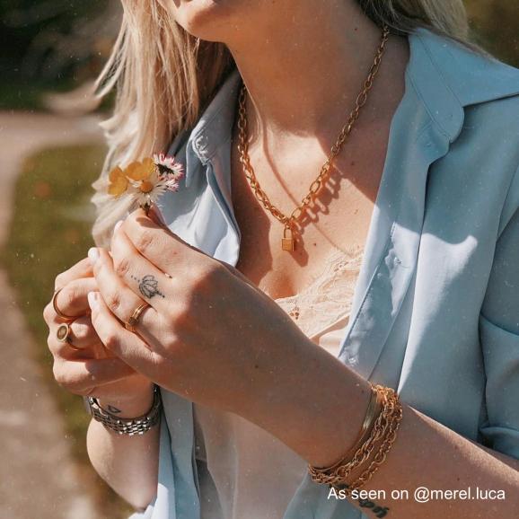 Influencer draagt gevlochten armband