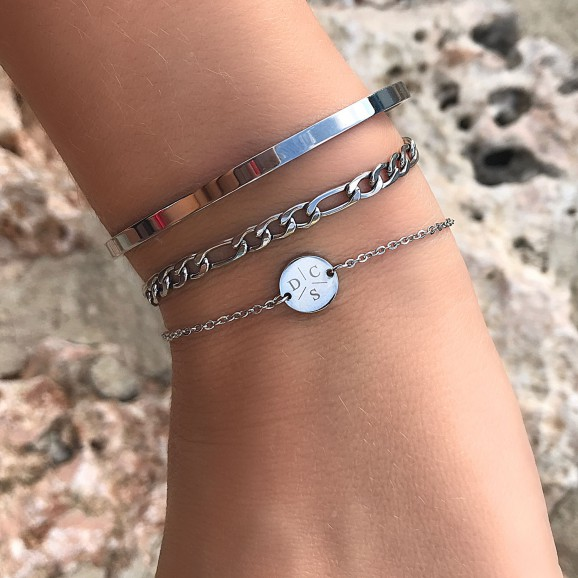 mooie armband met schakel om de pols samen met gravering