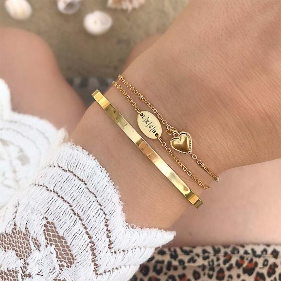 Gouden bangle in combinatie met graveerbare armband