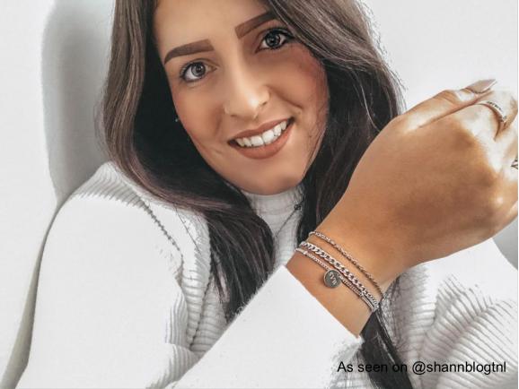 Influencer draagt graveerbare armband van Finaste
