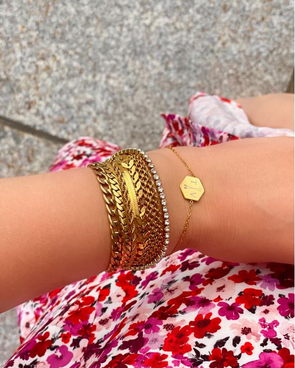 mix van gouden armbanden om hand model