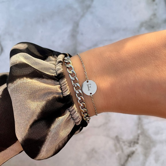Mix van twee zilveren armbanden om pols