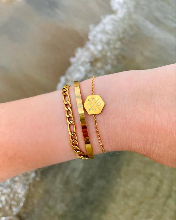 combinatie van gouden armbanden om pols
