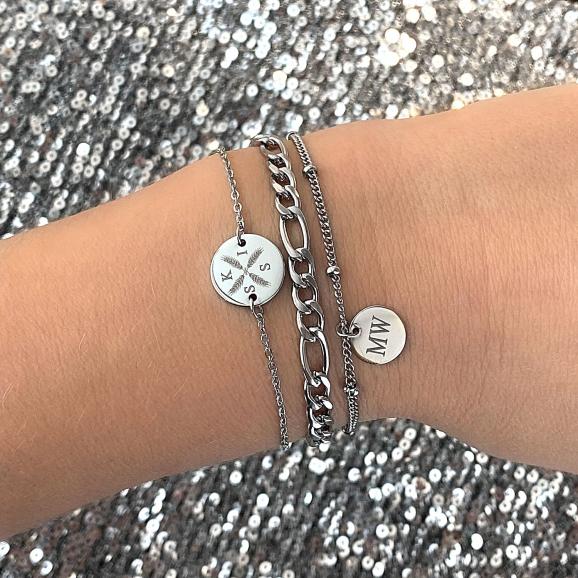 Meisje draagt zilveren armparty met mix van armbandjes