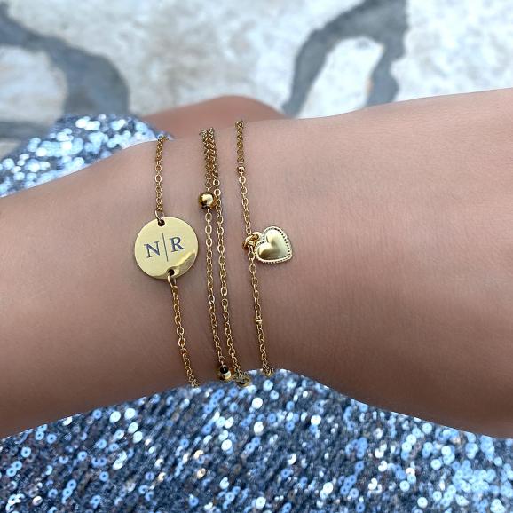gouden armband met gravering om de pols