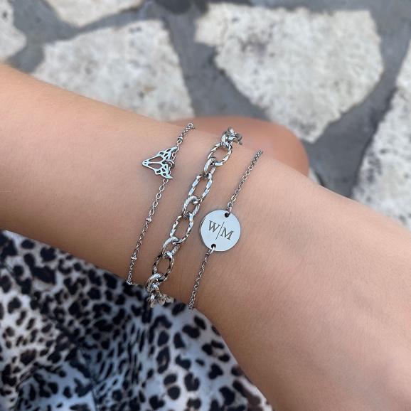 Mooie zilveren armbandjes om de pols met een gravering